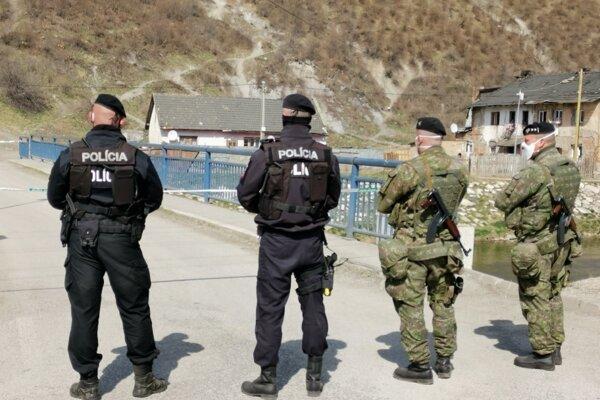 Policajné a vojenské hliadky pred karanténou na Hornádskej ulici v Krompachoch.
