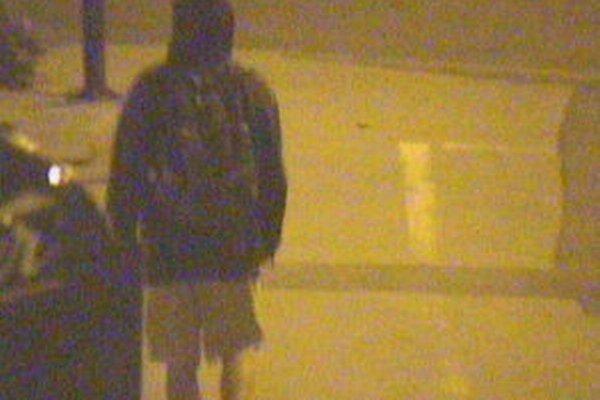 Mladík s kapucňou počas nočnej prechádzky mestom popísal rozvodnú skriňu na notárskom úrade aj reklamnú tabuľu na rybárskych potrebách.