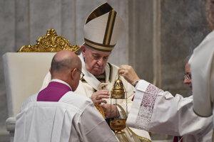 Pápež František počas celebrovania nedeľnej veľkonočnej omše.