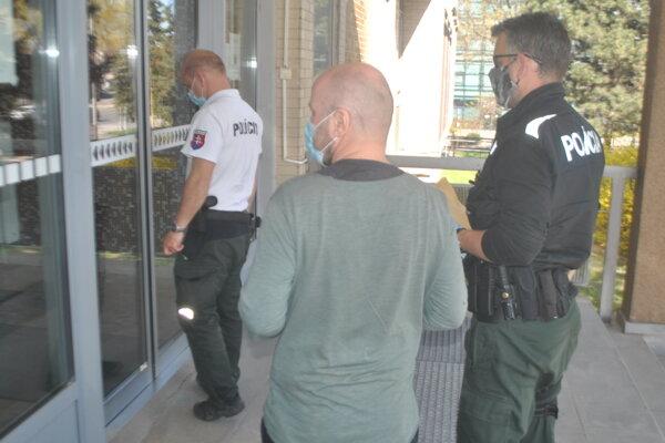 Borisa privádzajú policajti na okresný súd.