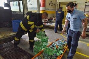 Futbalový klub Spartak Trnava daroval hasičom 800 fliaš nealkoholických nápojov.