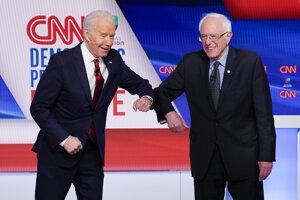 Zľava bývalý vicerezident USA Joe Biden a senátor Bernie Sanders.