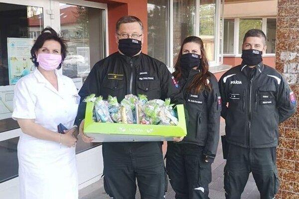 Balíčky od spoločnosti LIDL napokon potešili ľudí v nemocnici.