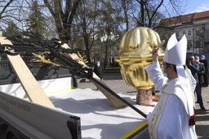 Na snímke biskup Marek Forgáč posväcuje makovicu, kapsule a zrekonštruovaný kríž.