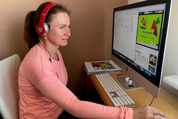 Alena Feriancová počas online vyučovania matematiky.