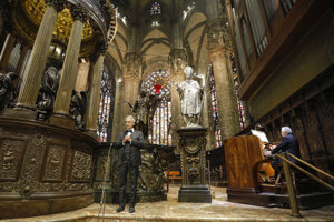 Taliansky tenorista Andrea Bocelli v priebehu vystúpenia počas Veľkonočnej nedele z milánskej katedrály.