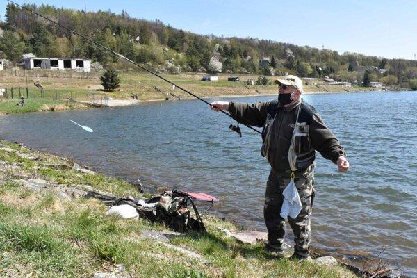 Rybárom sa darilo, pstruhy zväčša púšťali.