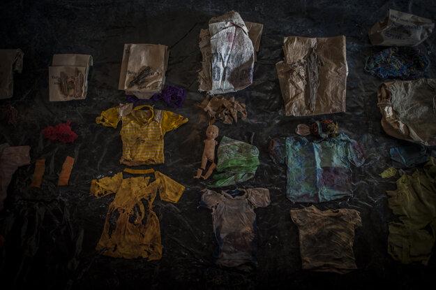 Daniele Volpe. Záber odevov a osobných vecí nájdených v hroboch tajného cintorína v Santa Aveline v Cotzali  je súčasťou série, ktorá získala tretiu cenu v kategórii Dlhodobé projekty.