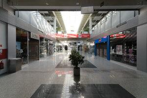 Obchodné centrá sa vyprázdnili.