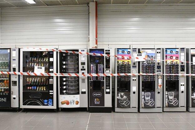 Zapáskované občerstvovacie automaty v hale.