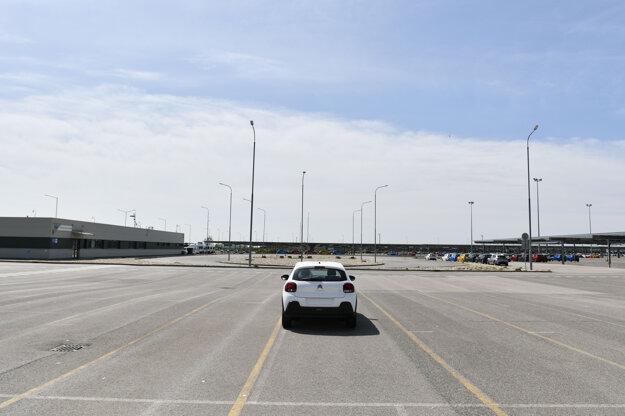 Parkovisko pre vyrobené autá v areáli.