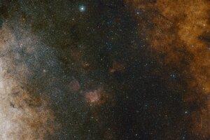 Širokouhlý pohľad smerom na centrálnu časť Mliečnej cesty. Aj keď je na fotke množstvo hviezd, ešte väčší počet zahaľuje medzihviezdny prach.