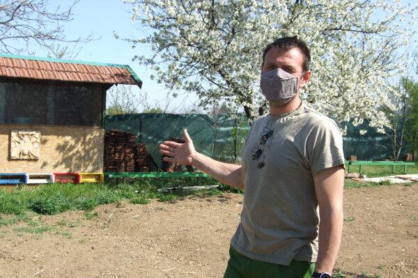 Okradnutý včelár. Úľové zostavy mal v záhrade.