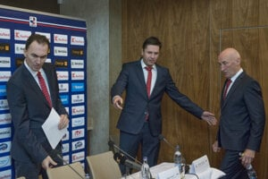 Na snímke sprava šéftrener slovenskej mužskej hokejovej reprezentácie Craig Ramsay, generálny sekretár SZĽH Miroslav Valíček a generálny manažér Miroslav Šatan.