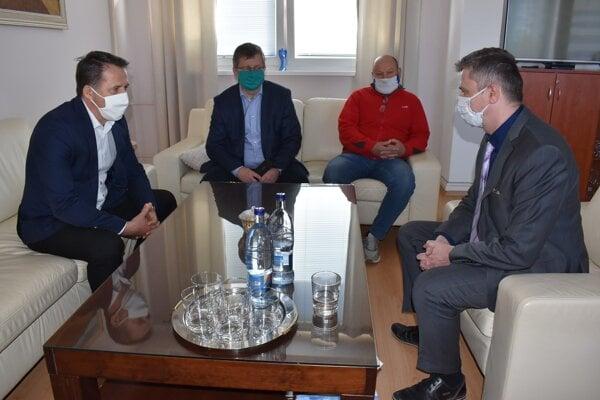 Ján Kučeravý (vľavo) a Vladislav Vinkler (druhý sprava) na stretnutí s primátorom Milošom Meričkom (vpravo).