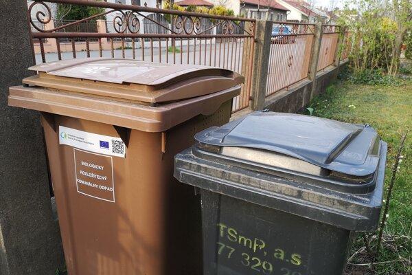 Odpad z rodinných domov radnica navrhuje vyvážať raz za dva týždne. Chce tak ušetriť.
