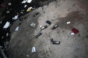 Rozbité telefóny pri klinike na liečbu eboly. Ľudia ich hodili o zem zo strachu, že sa na nech stále nachádza smrtiaci vírus. (Monrovia, 30. september 2014)