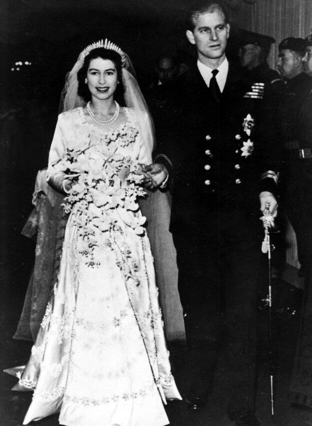 Na snímke z 20. novembra 1947 britská princezná Alžbeta vychádza z Westminsterského opátstva po svadobnom ceremoniáli s manželom, vojvodom z Edinburghu v Londýne.