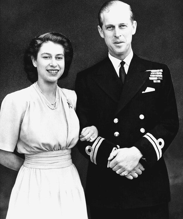 Na snímke z 10. júla 1947 britská korunná princezná Alžbeta a jej snúbenec Philip Mountbatten pózujú po oznámení o ich zasnúbení v Londýne.