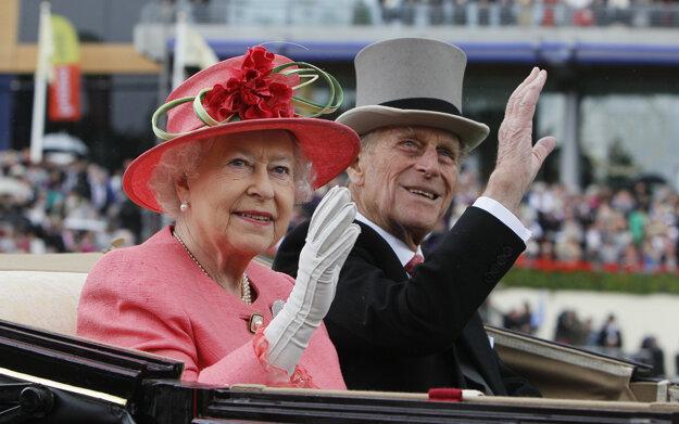 Na snímke zo 16. júna 2011 britská kráľovná Alžbeta II. a jej manžel britský princ Philip prichádzajú na kráľovské konské dostihy v Ascote.