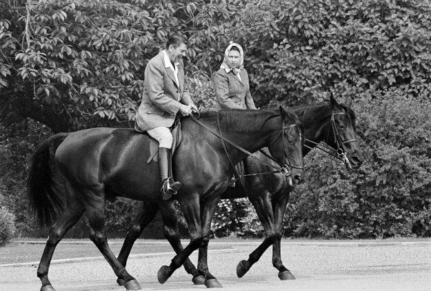 Na snímke z 8. júna 1982 kráľovná Alžbeta II. a americký prezident Ronald Reagan jazdia na koňoch na Windsorskom zámku.