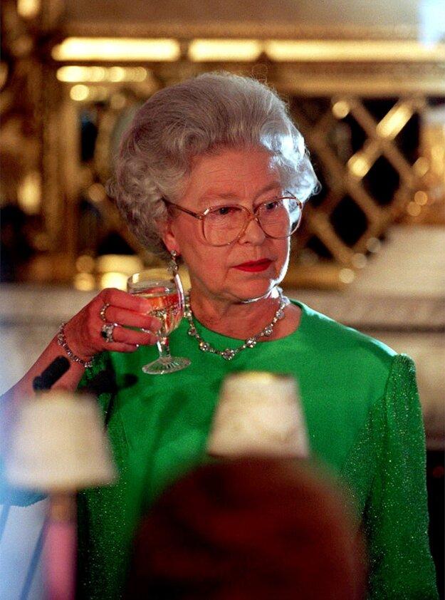 Kráľovná Alžbeta II. na fotografii z 3. apríla 1998.