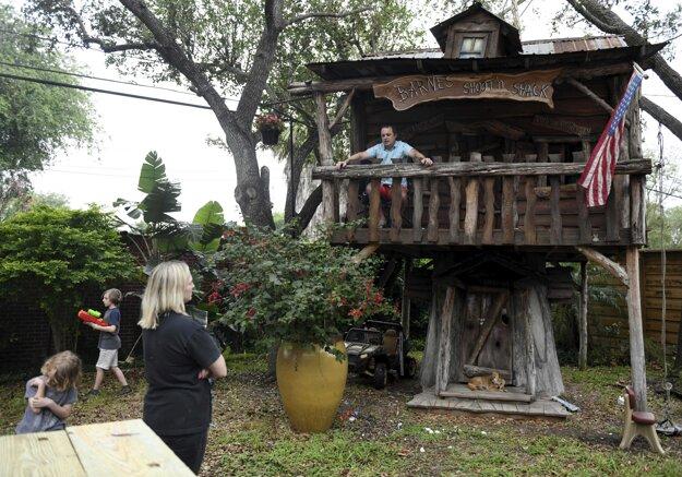 Drevený domček stojí v záhrade pri ich rodinnom dome.