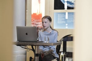 Mladá švédska ekologická aktivistka Greta Thunbergová diskutuje prostredníctvom videorozhovoru s profesorom enviromentálnych vied Johanom Rockstromom z Nemecka pri príležitosti Dňa Zeme v Nobelovom múzeu v Štokholme v stredu 22. apríla 2020.