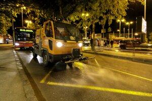 Nočná dezinfekcia verejných priestorov na najfrekventovanejších miestach v Bratislave.