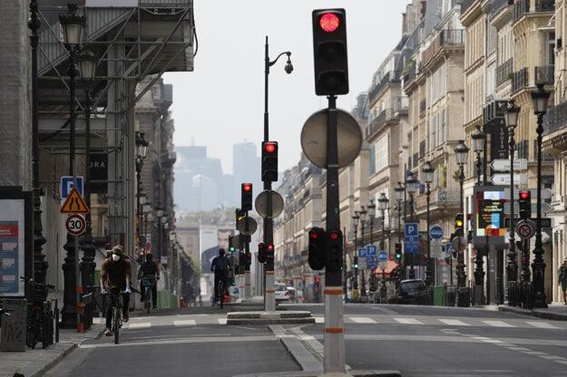 Cyklisti na jednej z takmer prázdnych ulíc v Paríži. Vo Francúzsku platia obmedzenia pre pandémiu koronavírusu.