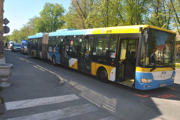 Autobus, vozidlá polície a DPMK na istý čas zablokovali na Moyzesovej ulici pravý jazdný pruh.