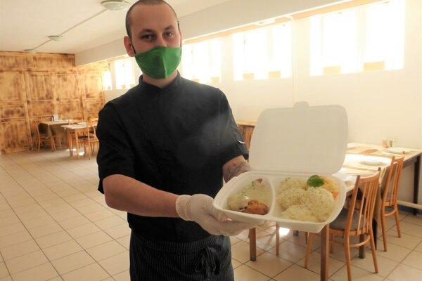 V Reštaurácii Rubín majú zákazníci na výber, okrem minútiek, tri hlavné jedlá po 3.80 eur. Môžu si ich prísť prevziať osobne alebo im ho privezú.