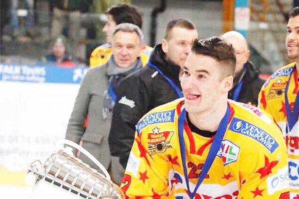 Marek Vankúš hral v hlavnom tíme prvú sezónu a hneď sa tešil z majstrovskej trofeje.