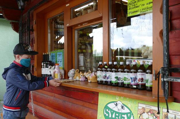 Chlapec počas nákupu syrových špecialít v predajni syrových a mliečnych výrobkov v Žiline.