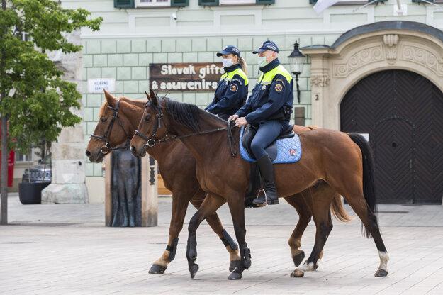 Hliadka mestskej polície na koňoch počas pandémie koronavírusu na Hlavnom námestí v Bratislave.