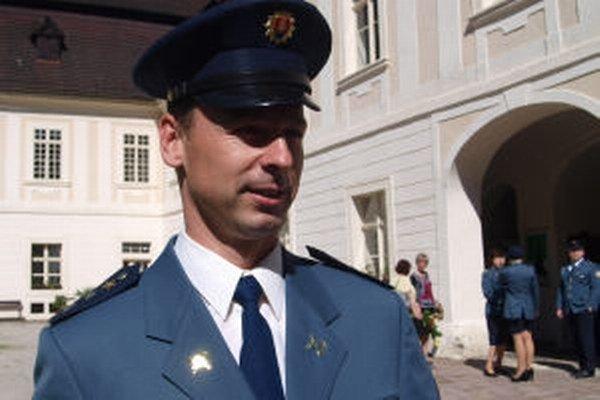 """Žiarsky hasič Jozef Pročka: """"Ďakujú aj nadávajú,"""" hovorí o ľuďoch, ktorým s kolegami pomáhajú."""