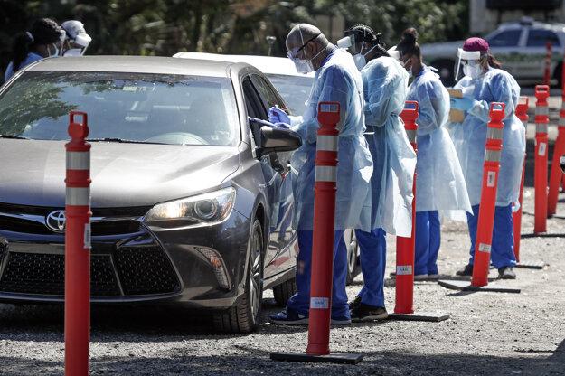 Zdravotnícki pracovníci testujú na koronavírus v meste Sanford na Floride.