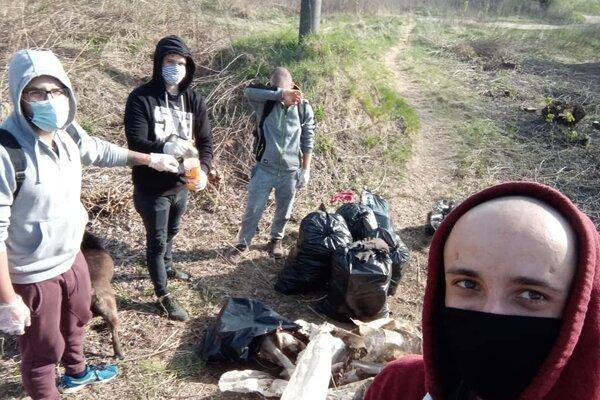 Dobrovoľníci si hovoria Trash Heroes Košice.