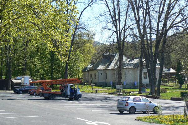 Vynovené parkovisko v Herľanoch.