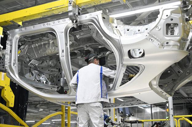 Zamestnanci spoločnosti Volkswagen Slovakia pracujú na výrobnej linke.