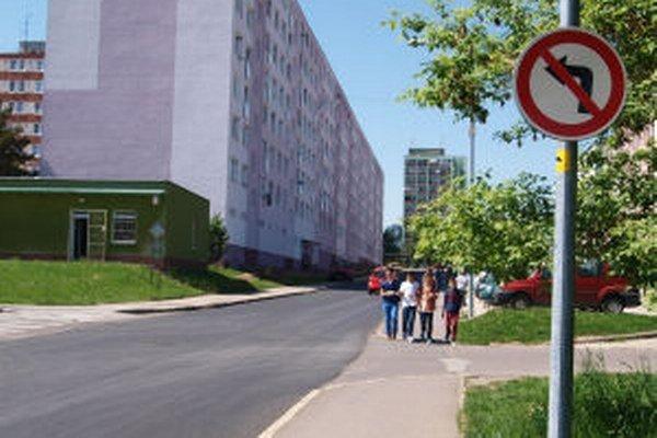 Cesta na Svitavskej ulici má nový asfalt.