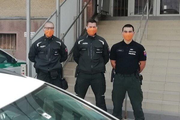 Policajti dostali darom rúška.