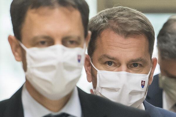 Vpravo premiér Igor Matovič a vľavo minister financií Eduard Heger (obaja OĽaNO) prichádzajú na rokovanie vlády v Bratislave 30. apríla 2020.