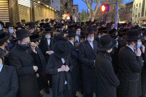 Ultraortodoxní židia, ktorí sa aj napriek obmedzeniam v súvislosti so šírením koronavírusovej pandémie zúčastnili na pohrebe miestneho rabína Chaima Mertza.