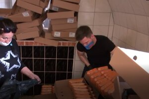 Delenie potravín do balíčkov pre rodiny.