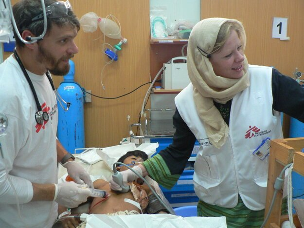 Eva Kušíková (1980) vyštudovala 3. Lekársku fakultu Univerzity Karlovej v Prahe. Takmer desať rokov pôsobila ako anestéziologička v pražskej FN Královské Vinohrady. Od roku 2014 pracuje v Banskej Bystrici ako vedúca lekárka Centrálnej JIS na II. Klinike anestéziológie a intenzívnej medicíny SZU a FNsP FD Roosevelta. Spolupracuje od roku 2012 s medzinárodnou humanitárnou organizáciou Lekári bez hraníc. Absolvovala dosiaľ päť zahraničných misií v Afganistane, Iraku a na Haiti.