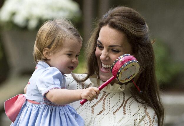 Kate so svojou dcérou princeznou Charlotte na čajovej párty v kanadskej Victorii 24. septembra 2016.