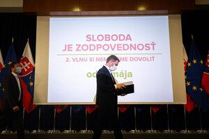 Premiér Matovič pred tlačovým brífingom.