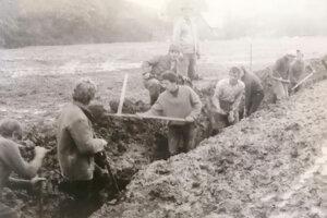 Ľudia pomáhali pri výstavbe ihriska ako mohli.