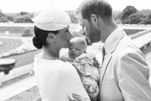 Oficiálna snímka z krstu britský princ Harry a jeho manželka Meghan s ich synom Archiem 6. júla 2019 v areáli Windsorského zámku.